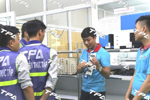 Các em sinh viên thăm quan khuvực xưởng sản xuẩt TPA