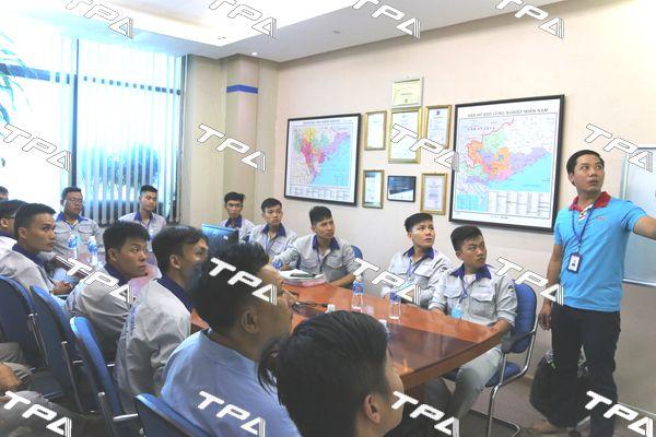 Anh Nguyễn Trung Kiên chuyên viên kinh doanh giới thiệu về TPA cho các em sinh viên