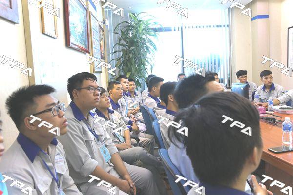 Các em sinh viên chăm chú ngheanh Nguyễn Trung Kiên giới thiệu về TPA