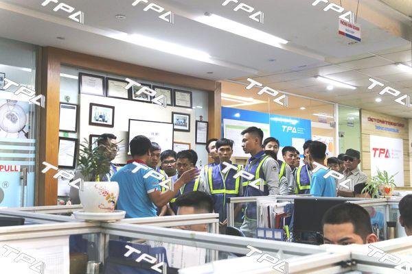 Các em sinh viên thăm quan khuvực văn phòng TPA