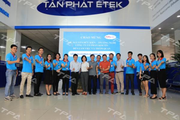 Hình ảnh các em sinh viên và đại diện TPA chụp ảnh lưu niệm tại sảnh tòa nhà Tân Phát